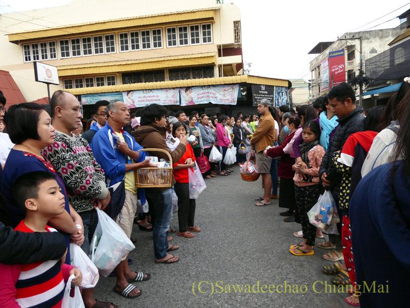 チェンマイ元旦朝の特別托鉢でお供えを待つ人々