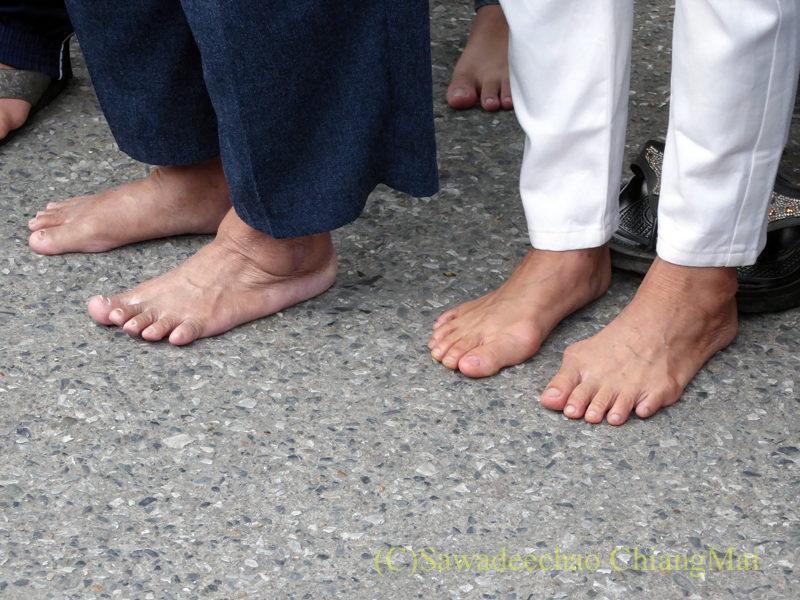 チェンマイ元旦朝の特別托鉢に参加する人の足