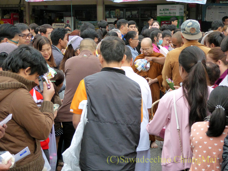 チェンマイ市内で元旦の朝に行われる特別托鉢の列