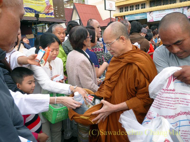チェンマイ元旦朝の特別托鉢の僧侶