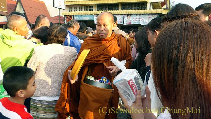 チェンマイ元旦朝の特別托鉢で寄進を受ける僧侶