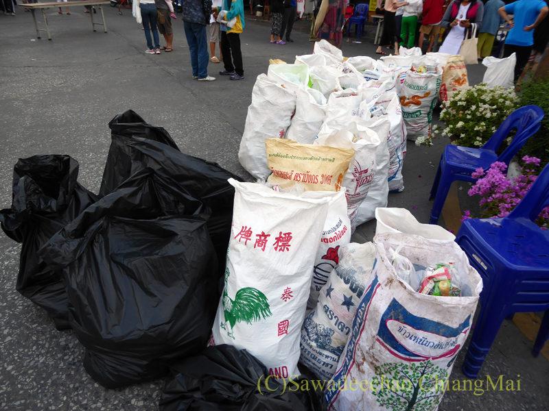 チェンマイ元旦朝の特別托鉢のお供え物を入れた頭陀袋