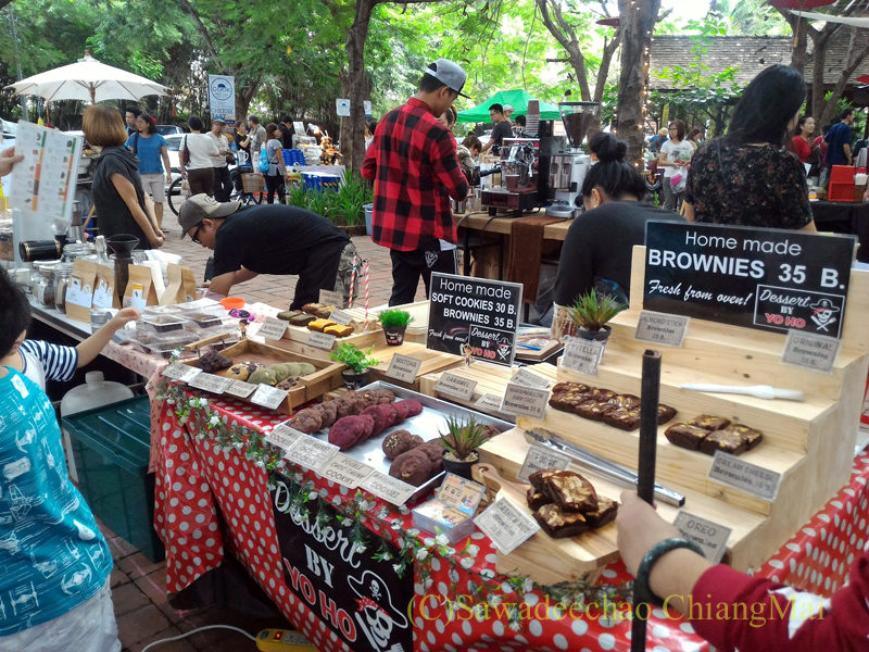 チェンマイにあるJJ日曜安全食品定期市の広場エリアのクッキー店
