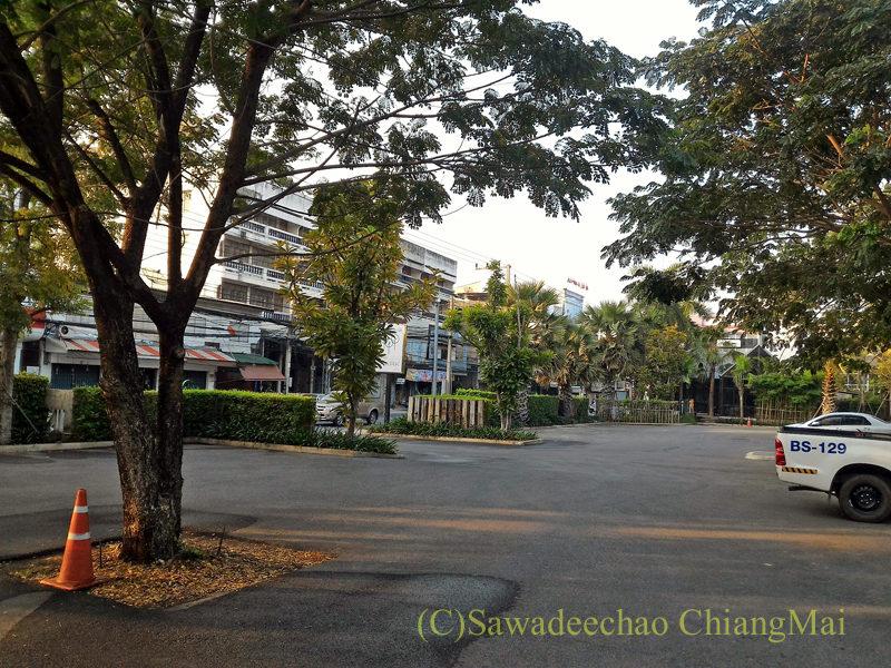 タイ北部、ピサヌロークにあるザ・パークホテルの駐車場