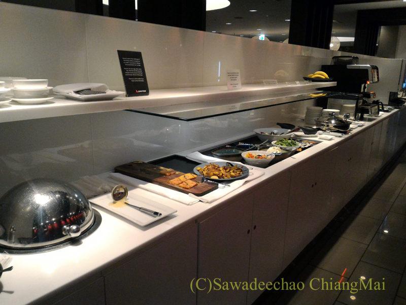 成田空港のカンタス航空ビジネスラウンジの飲食物コーナー全景