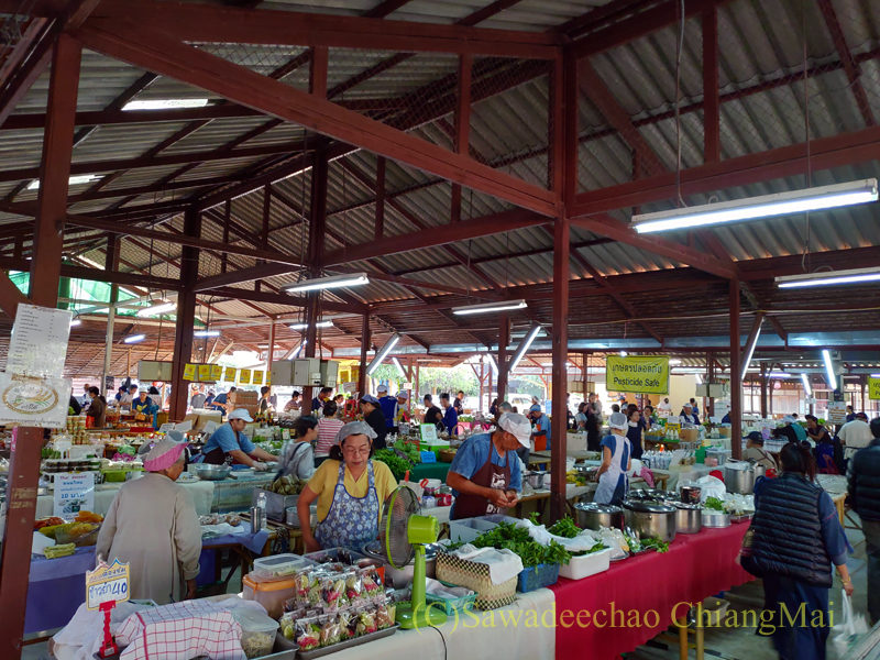チェンマイにあるJJ日曜安全食品定期市の大きな東屋内