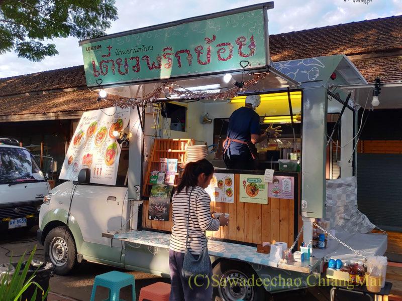 チェンマイにあるJJ日曜安全食品定期市の広場エリアの改造自動車売店