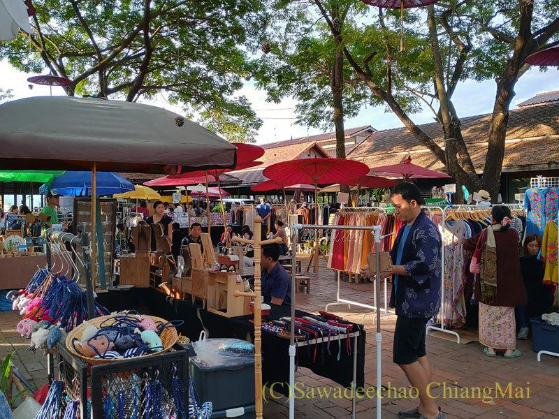 チェンマイにあるJJ日曜安全食品定期市の広場エリアの服飾雑貨店
