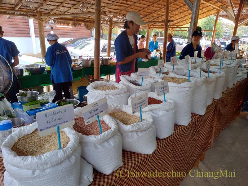 チェンマイにあるJJ日曜安全食品定期市の大きな東屋内の米屋