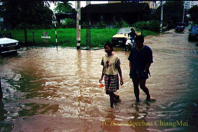 1994年の大洪水の時にチェンマイの街を歩く人