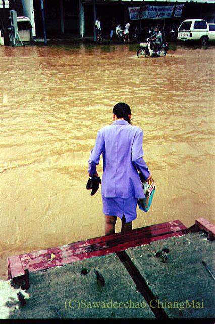 1994年の大洪水の時のチェンマイのピン川そばを歩く人