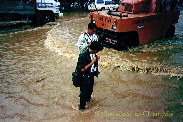 1994年の大洪水の時のチェンマイのピン川を取材する記者