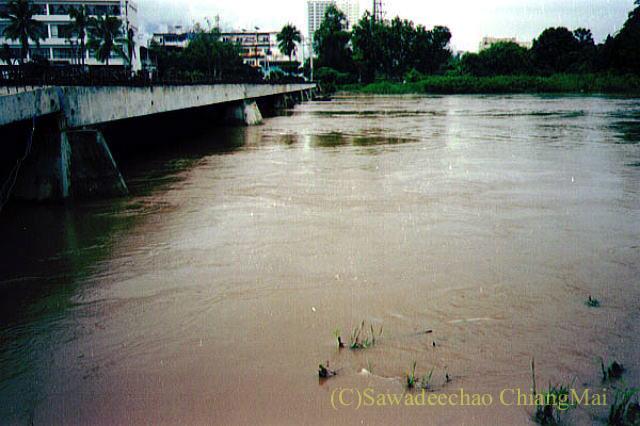 1994年の大洪水の時のチェンマイのピン川と鉄橋