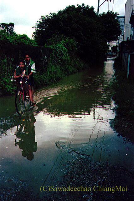 1994年の大洪水の時のチェンマイの路地の自転車