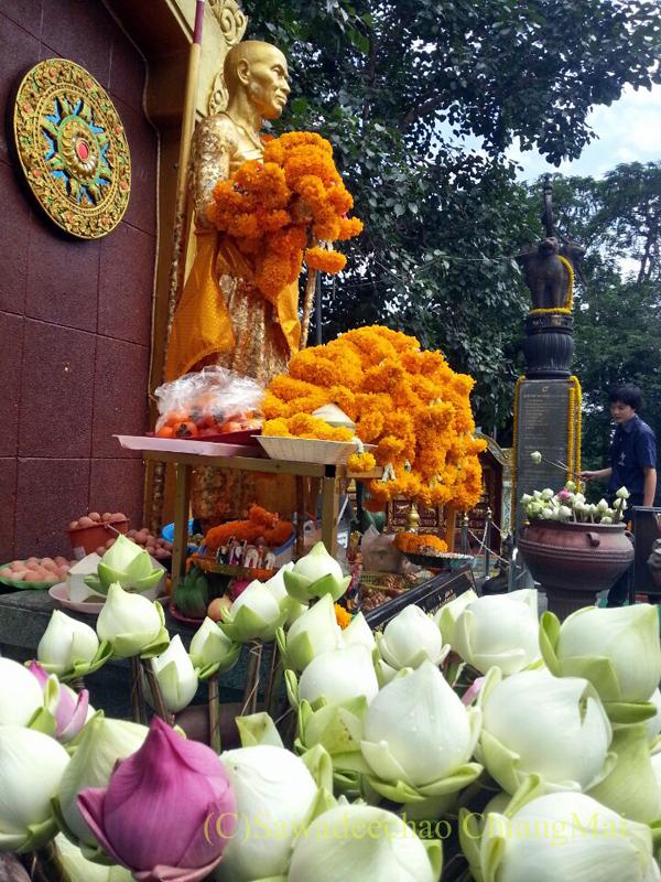 チェンマイにあるドーイステープゆかりの高僧クルーバーシーウィーチャイ像の花