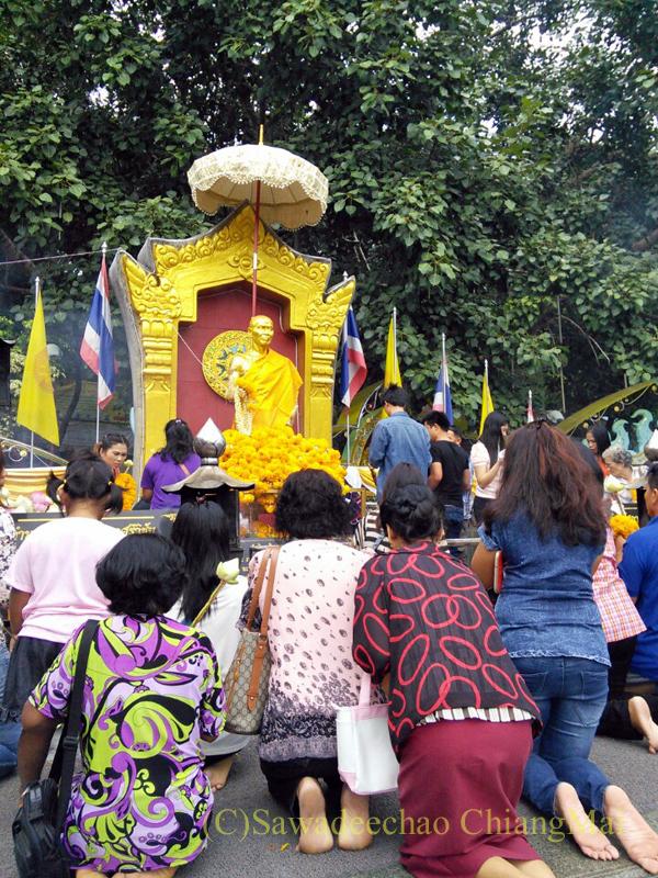 チェンマイにあるドーイステープゆかりの高僧クルーバーシーウィーチャイ像にお参りする人々
