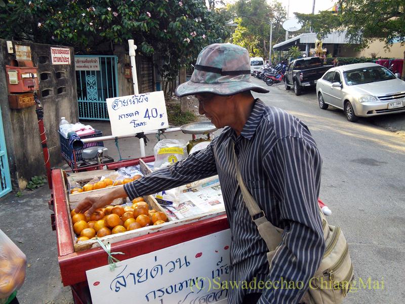 チェンマイの行商のオレンジ売り
