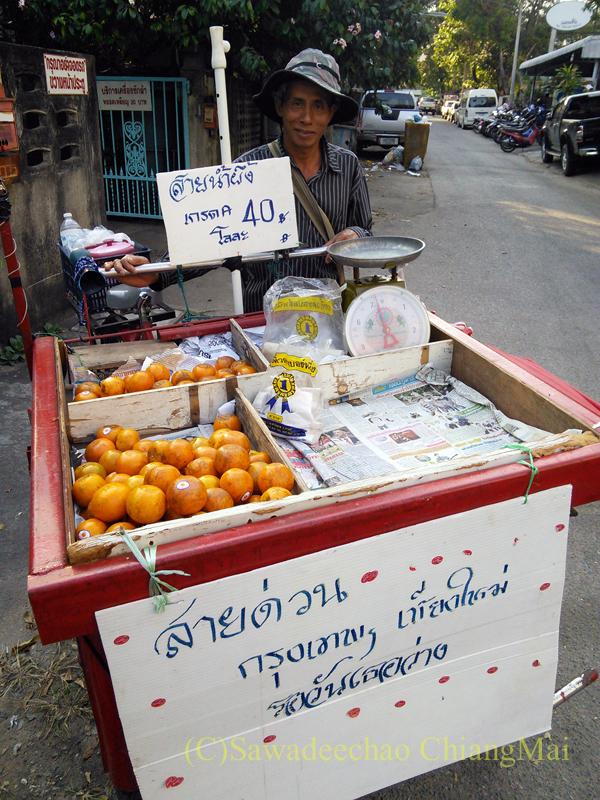 チェンマイの行商オレンジ売りのおじさん