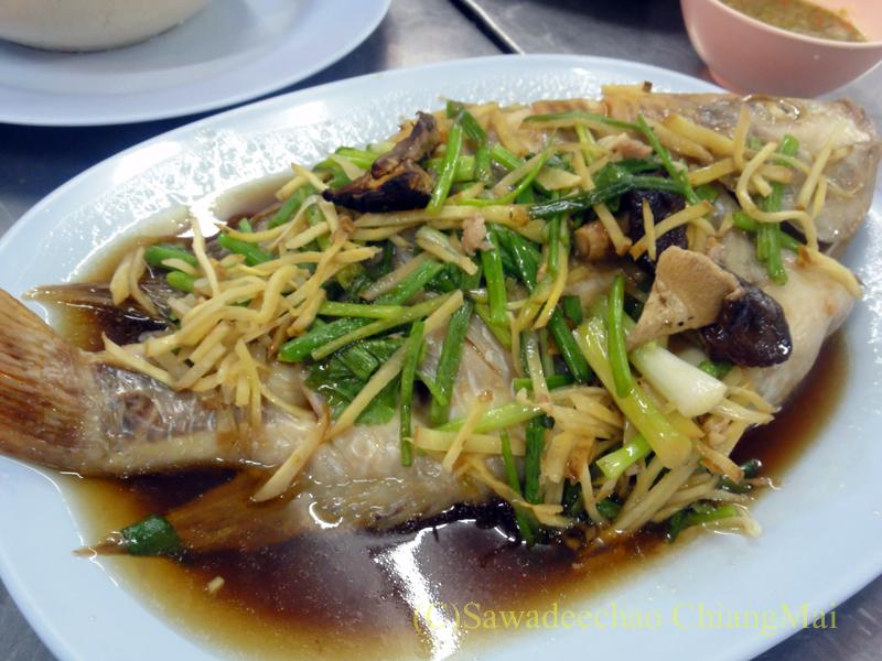 チェンマイのレストランで食べたプラータプティムの清蒸