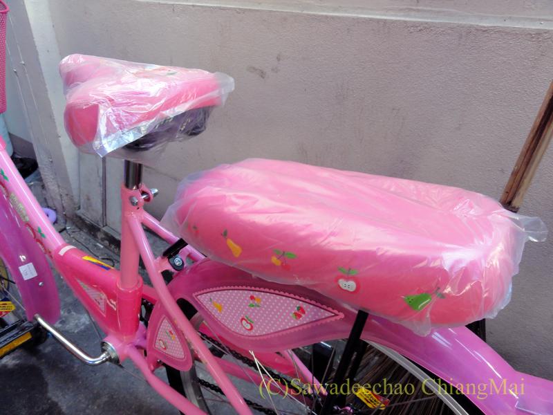 チェンマイのスーパーマーケット、Big-Cで友人の娘に買ってやった子供用自転車の後部
