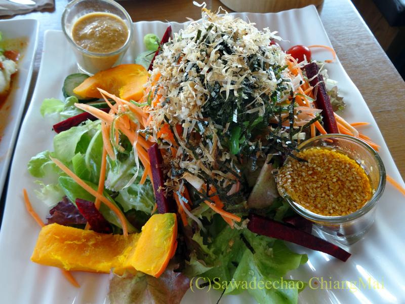 チェンマイのオーガニック農園レストラン、オーカチューの日本風サラダ