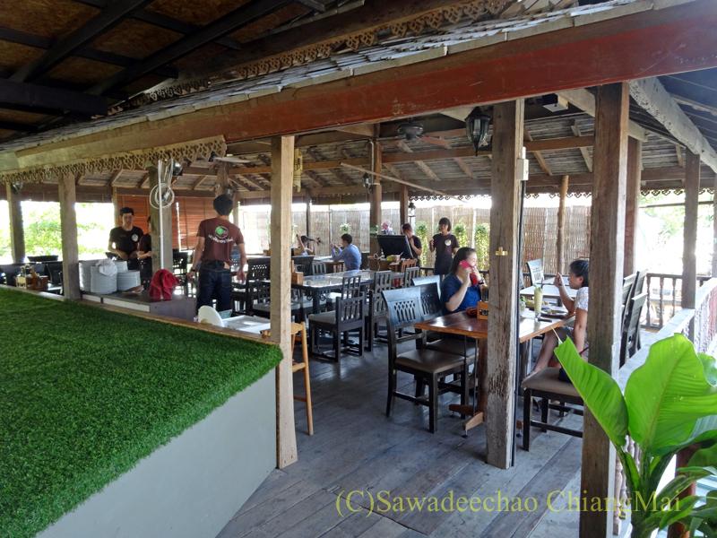 チェンマイのオーガニック農園レストラン、オーカチューの東屋風エリア