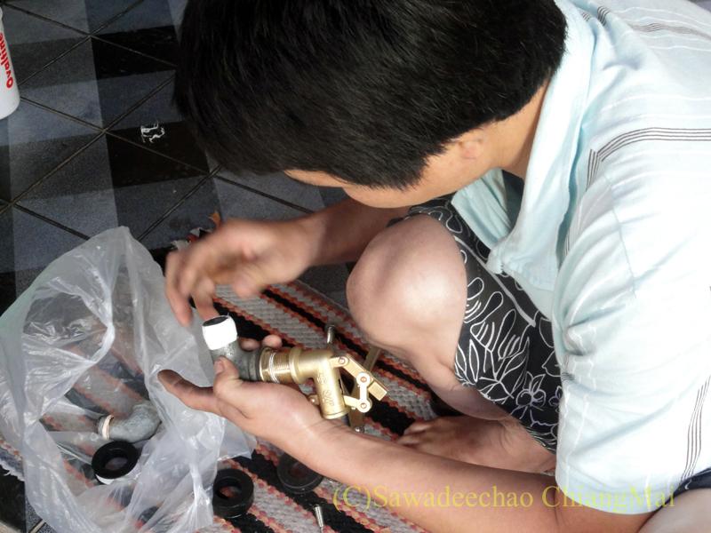 チェンマイの自宅の壊れた水タンクの修理作業