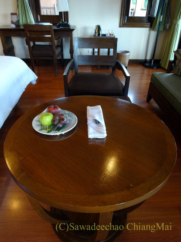 チェンラーイにあるカティリヤ・マウンテン・リゾートの客室のソファ