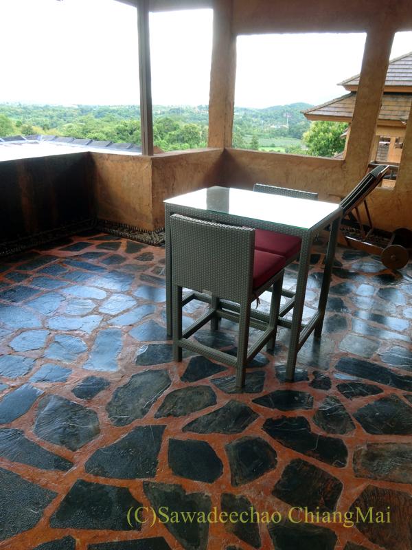 チェンラーイにあるカティリヤ・マウンテン・リゾートのテラスのテーブル