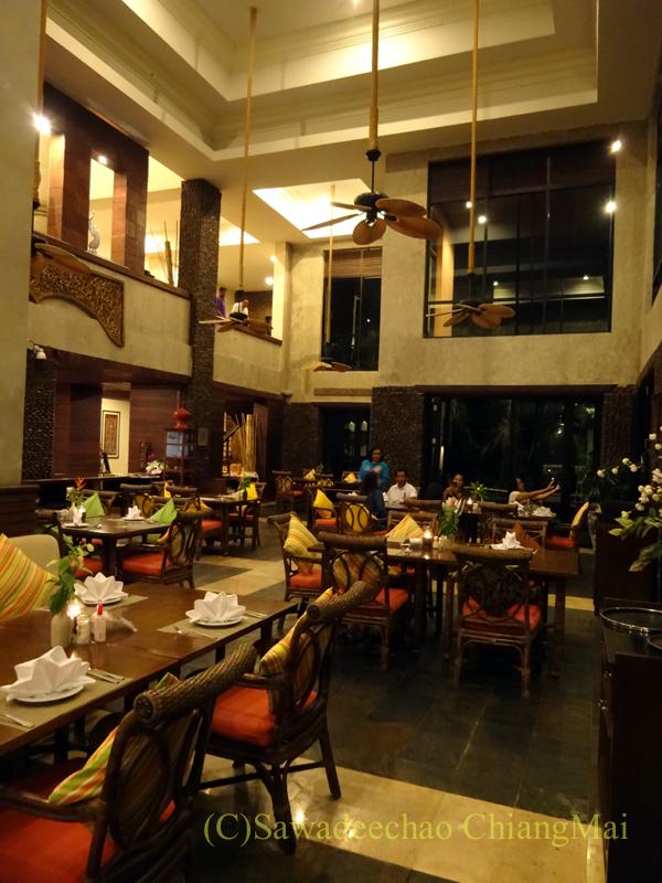 チェンラーイにあるカティリヤ・マウンテン・リゾートのレストランの屋内席