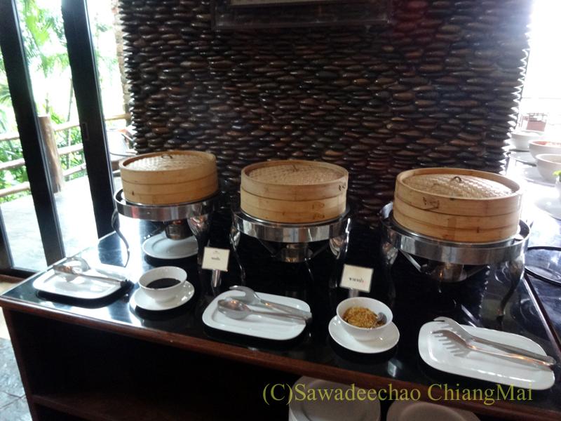 チェンラーイにあるカティリヤ・マウンテン・リゾートの朝食の点心コーナー