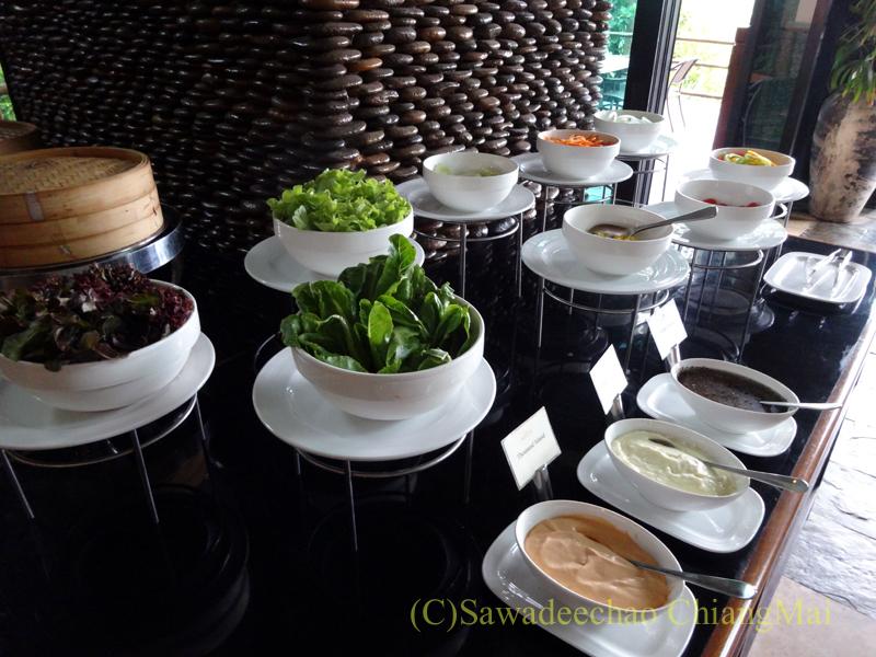 チェンラーイにあるカティリヤ・マウンテン・リゾートの朝食のサラダコーナー