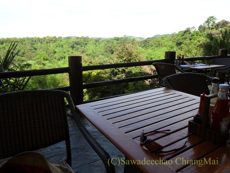 チェンラーイにあるカティリヤ・マウンテン・リゾートのレストランのテラス席からの眺め