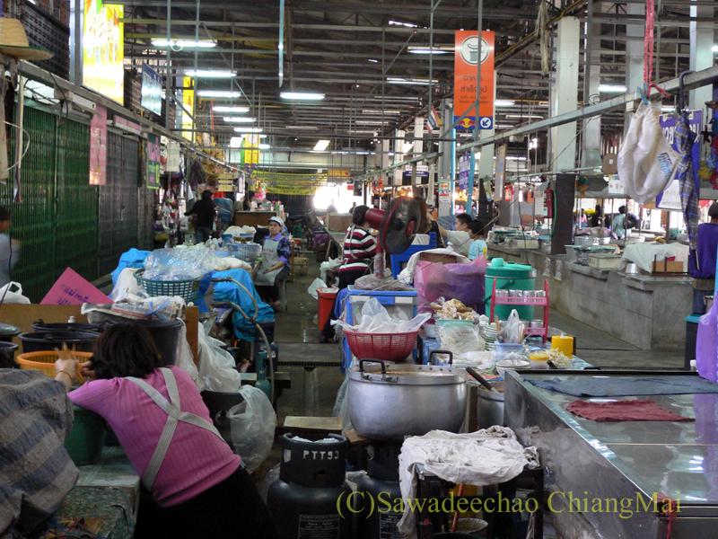 チェンマイ市内中心部にあるチェンマイ門市場の内部