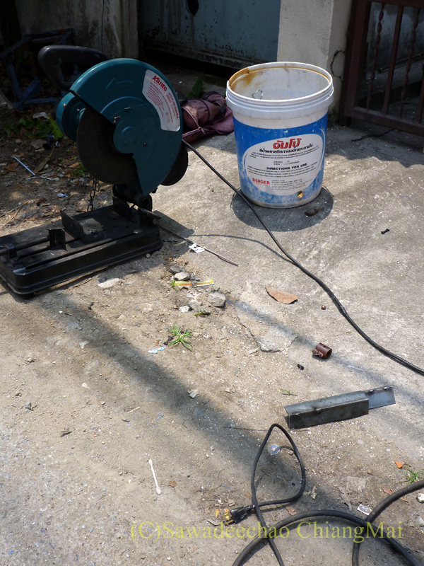 チェンマイの自宅の壊れた門扉修理の道具