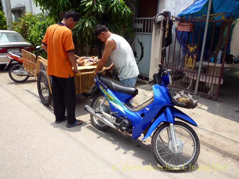チェンマイの自宅の門扉修理に来た職人