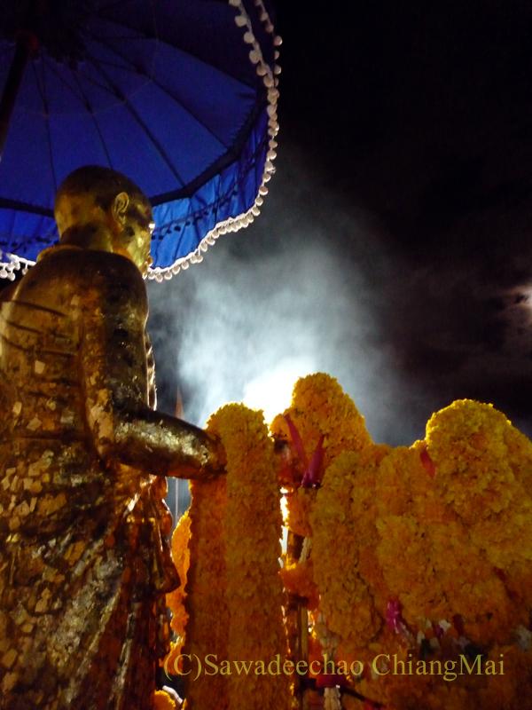 チェンマイにあるドーイステープゆかりの高僧クルーバーシーウィーチャイ像の夜の風景