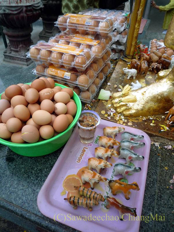 チェンマイにあるドーイステープゆかりの高僧クルーバーシーウィーチャイ像の卵