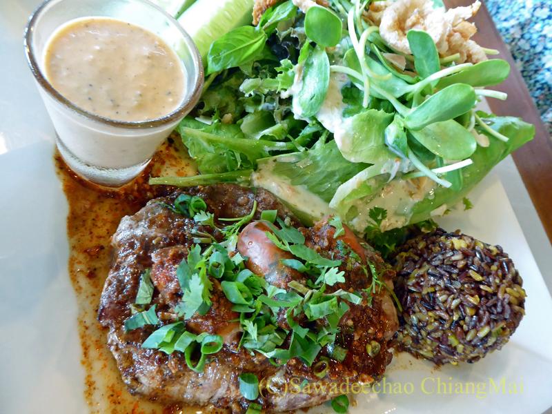 チェンマイのオーガニック農園レストラン、オーカチューの豚ヒレ肉料理