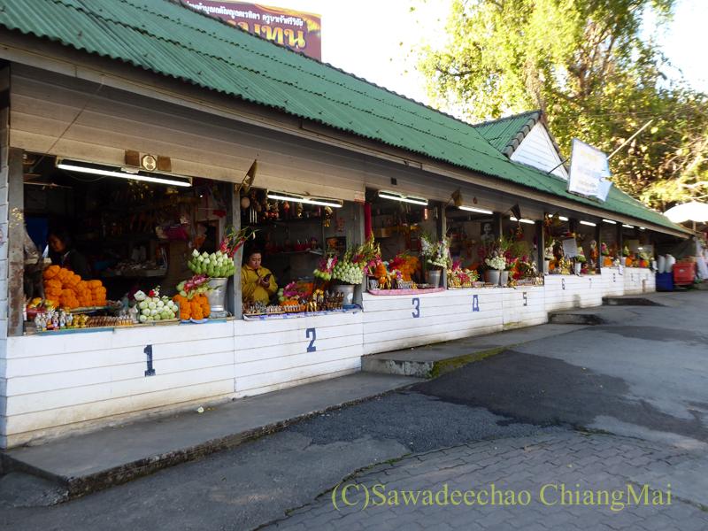 チェンマイにあるドーイステープゆかりの高僧クルーバーシーウィーチャイ像の売店