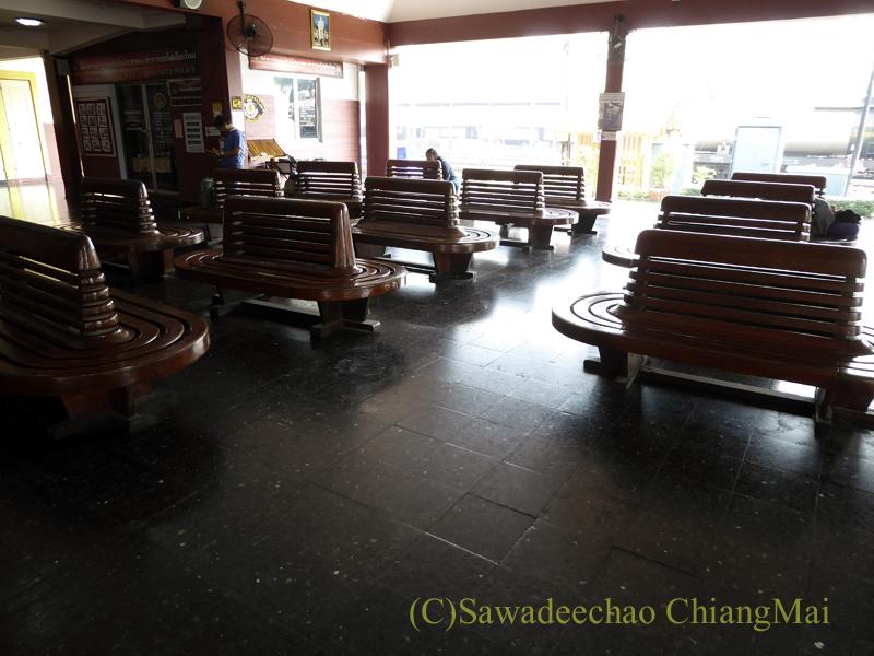 タイ国鉄チェンマイ駅の待ち合いイス