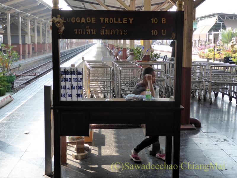 タイ国鉄チェンマイ駅のポーターサービス
