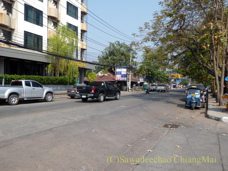 タイ国鉄チェンマイ駅のロットファイ通り
