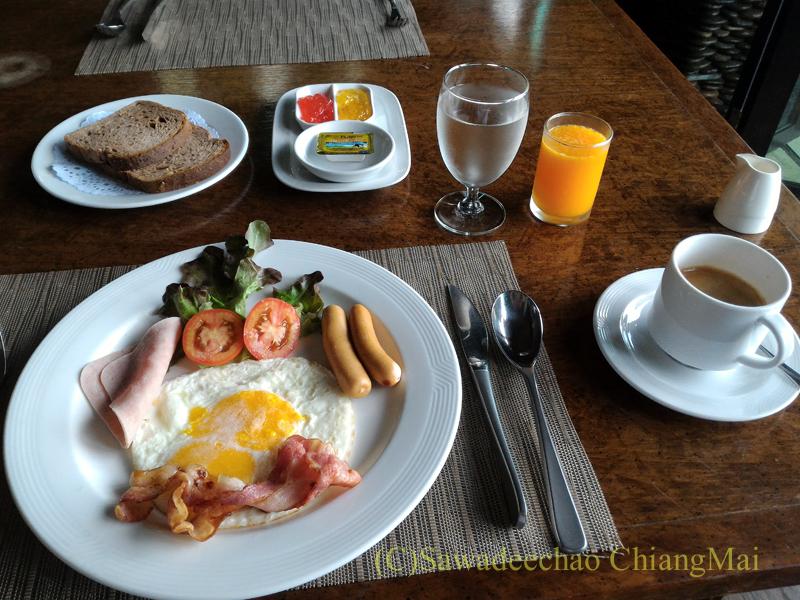 チェンラーイにあるカティリヤ・マウンテン・リゾートの朝食のセットメニュー