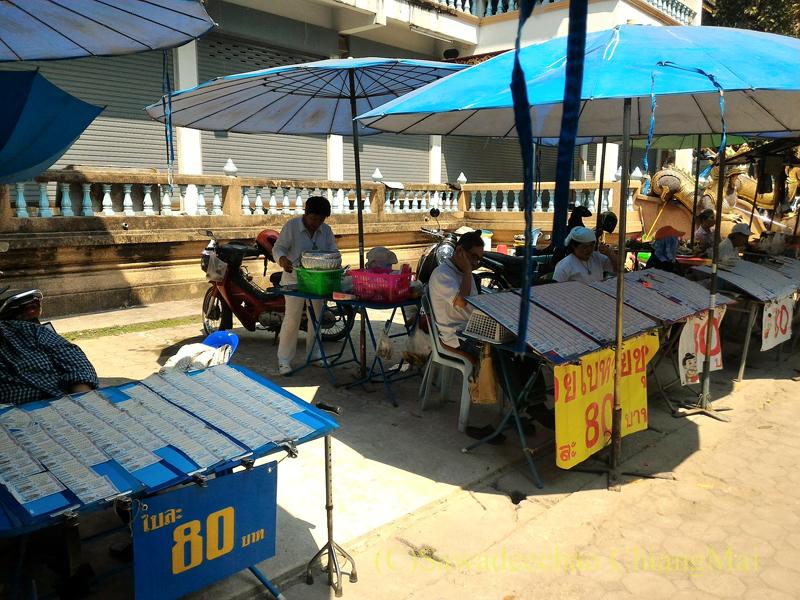 チェンマイのマーカブーチャー(万仏節)の日のワットチャイモンコンの境内の宝くじ売り