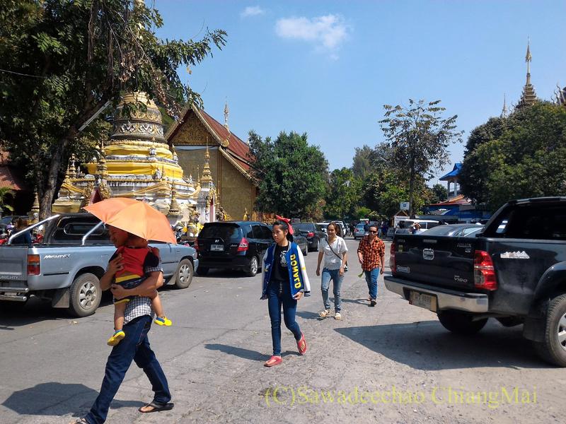 チェンマイのマーカブーチャー(万仏節)の日のワットチャイモンコンの境内