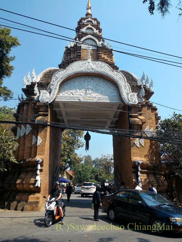 チェンマイにあるワットチャイモンコンの楼門