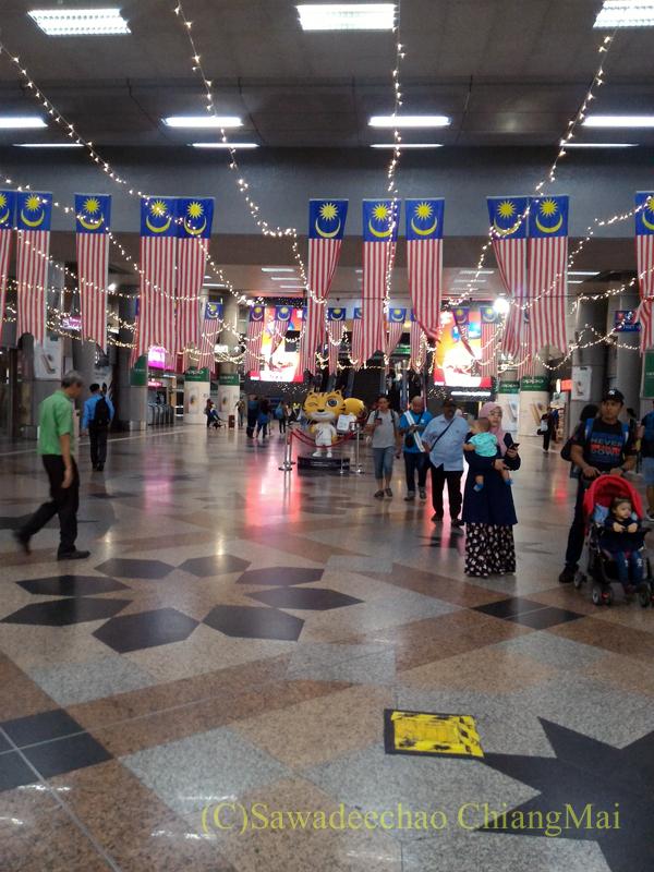 マレーシアのクアラルンプールセントラル駅構内の国旗