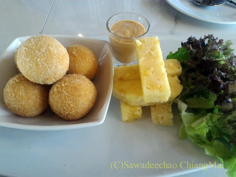 チェンマイのオーガニック農園レストラン、オーカチューのフライドチーズ