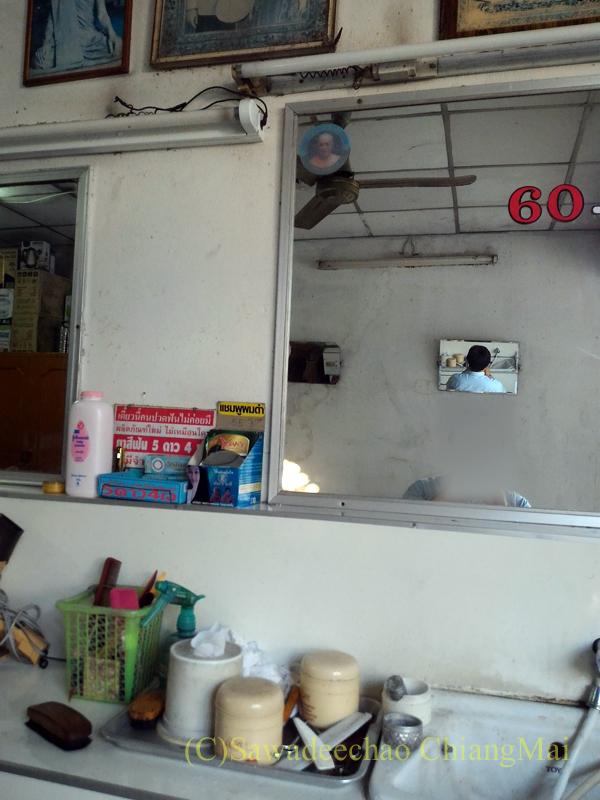 チェンマイにあるローカルな激安床屋の合わせ鏡